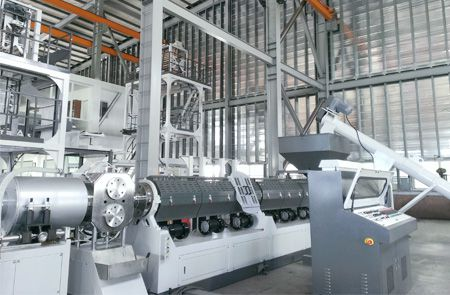 Hopper-feeding recycling machine